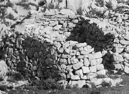 Vicissitudes des cabanes en pierre seche 1 for Portent of passage 1